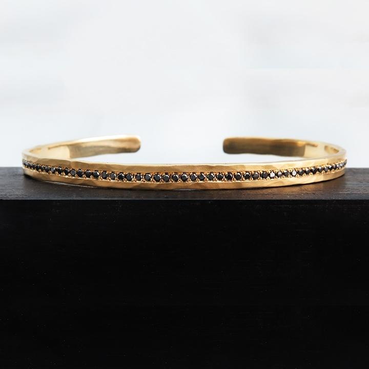 צמיד זהב מרוקע עם יהלומים שחורים