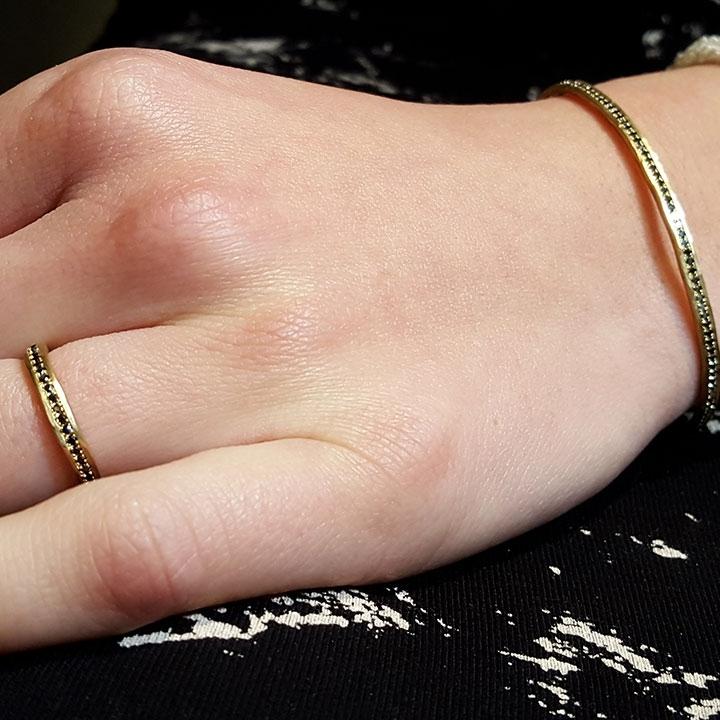 צמיד וטבעת משובצים ביהלומים שחורים