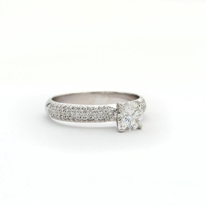טבעת יהלום סוליטר בשילוב שיבוץ פאבה