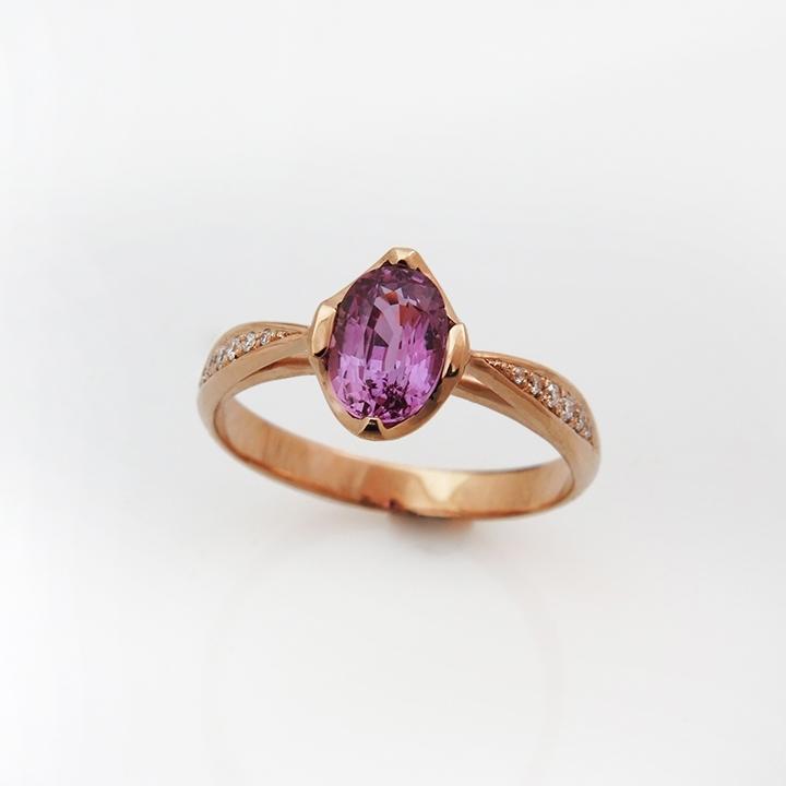 טבעת בסגנון וינטאג' נשטבצת ספיר ורוד