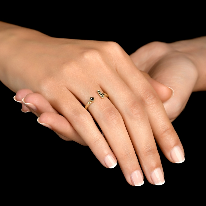 טבעת א-סימטרית עם יהלומים שחורים