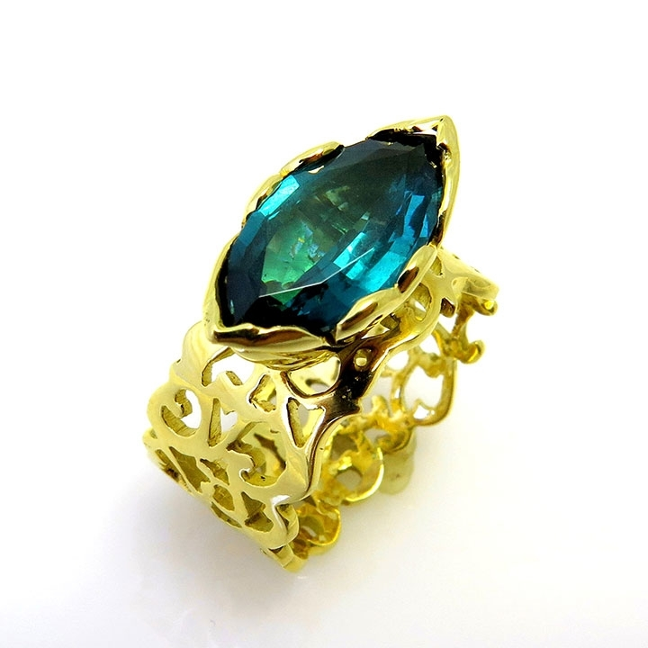 טבעת טורמלין רקומה בחוטי זהב