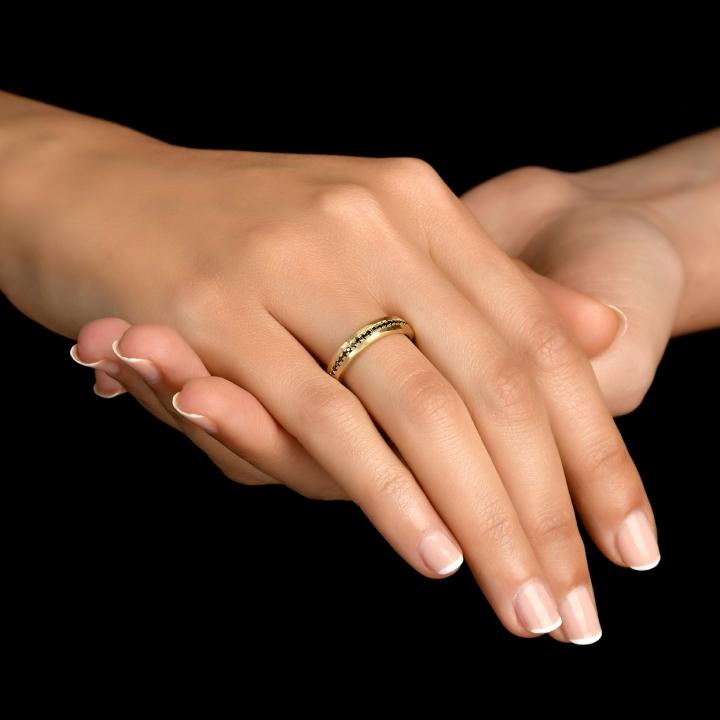 טבעת יהלום 18 קראט משובצת עם יהלומים שחורים
