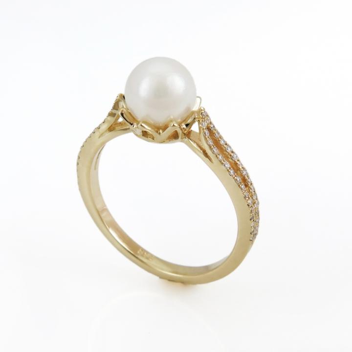 טבעת פנינה משובצת יהלומים