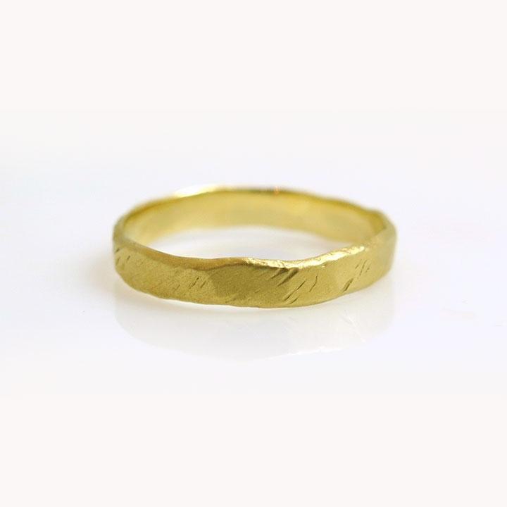 טבעת נישואין דקה מרוקעת