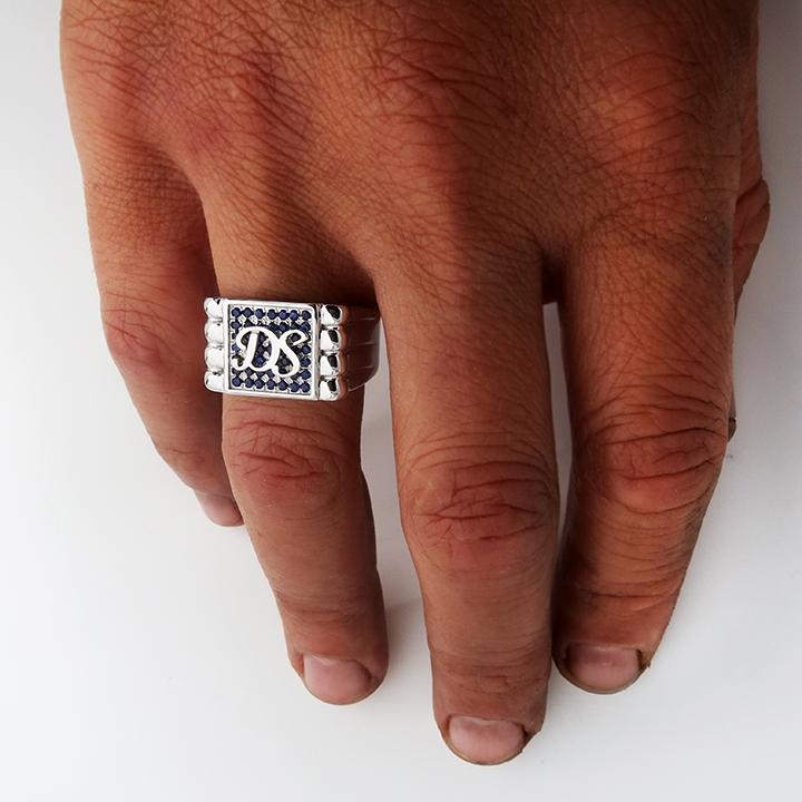 טבעת חותם עם ראשי תיבות ושיבוץ אבני ספיר