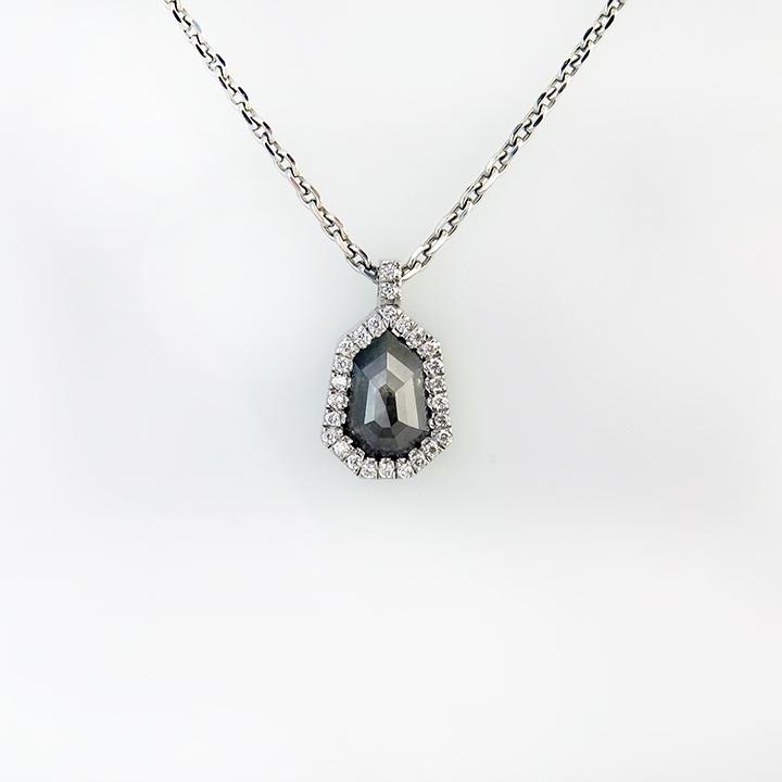 שרשרת זהב לבן מיוחדת עם יהלום אפור
