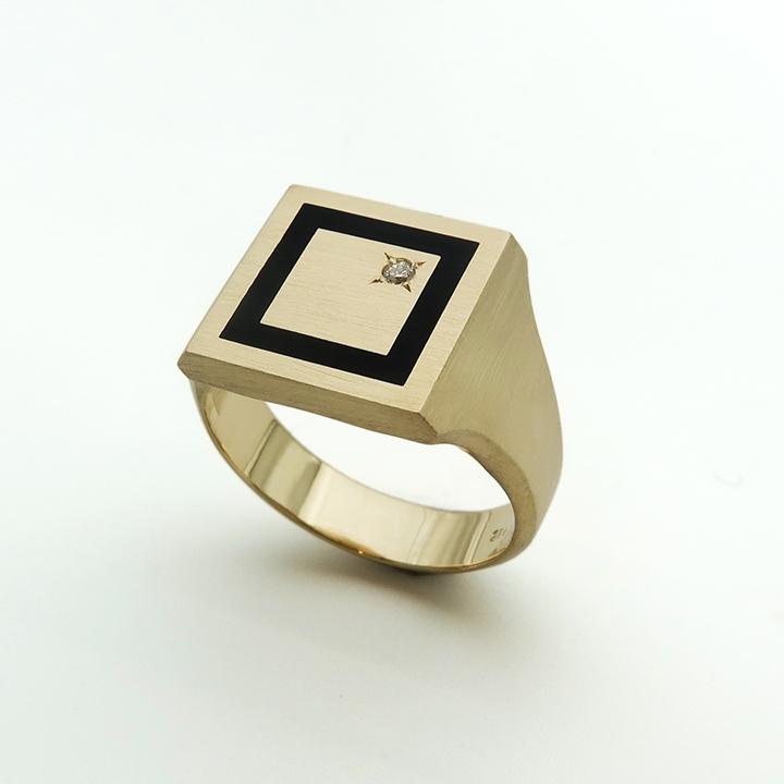 טבעת חותם מרובעת משולבת אמייל שחור ויהלום