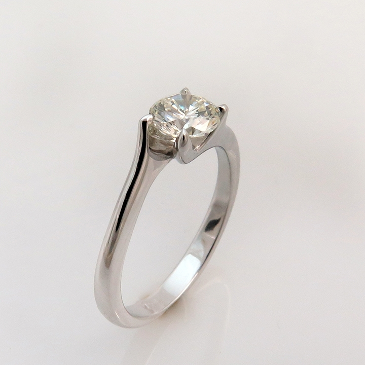 טבעת אירוסים סוליטר במראה מפותל