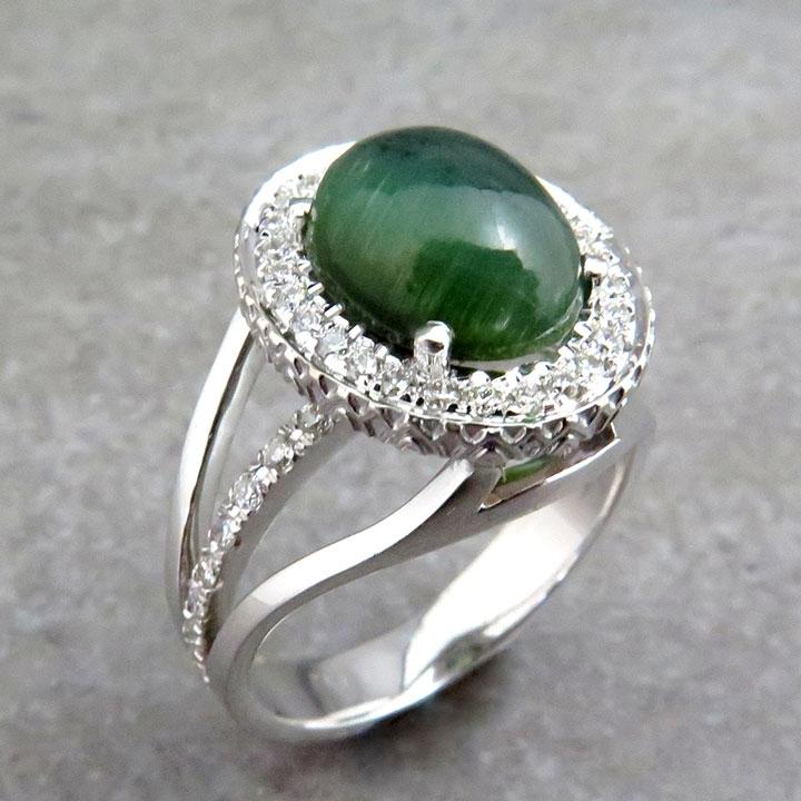 טבעת משובצת באבן ירוקה