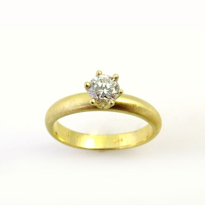 טבעת אירוסין עגולה משובצת ביהלום