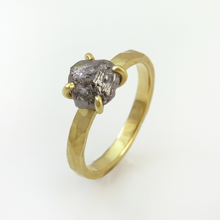טבעת סוליטר זהב 18 קראט משובצת יהלום גולמי