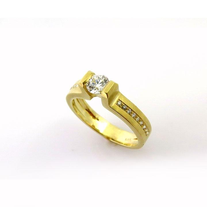 טבעת אירוסין גאומטרית המשובצת ביהלום