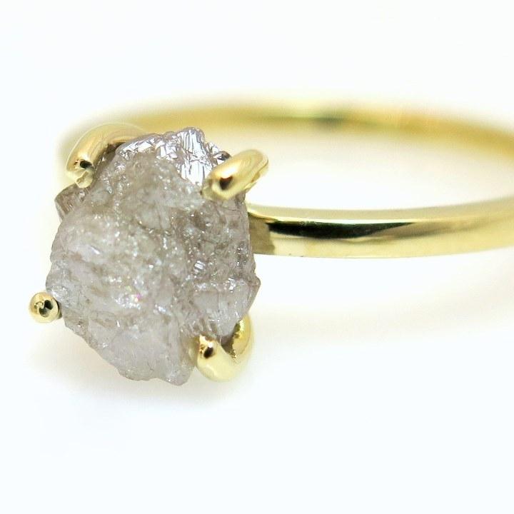 טבעת אירוסין זהב צהוב ויהלום גולמי