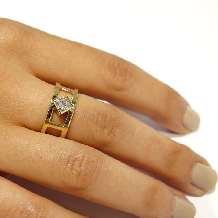 טבעת אירוסין יהלום פרינסס יחודית