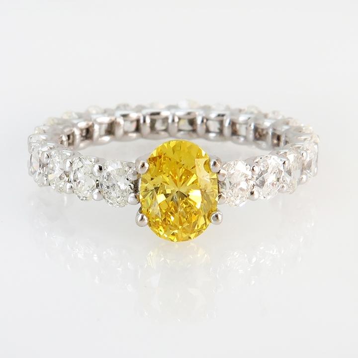 טבעת סוליטר יהלום צהוב פנסי משולב איטרנטי של יהלומים לבנים