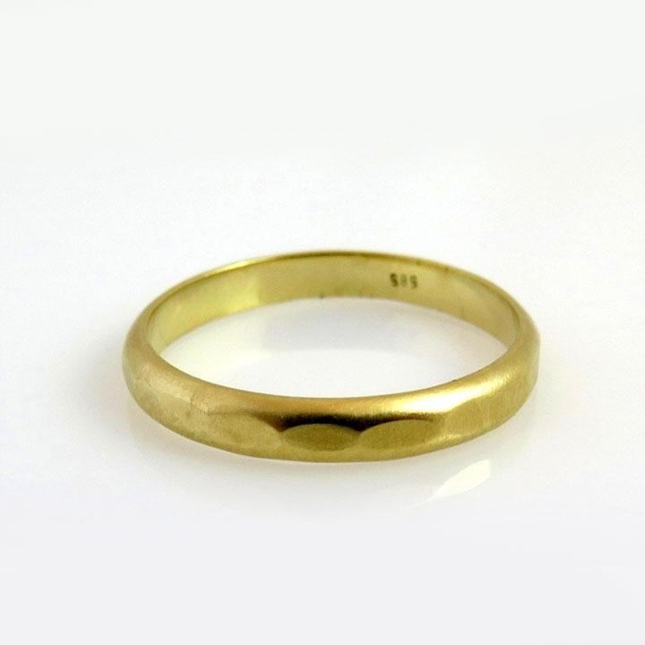 טבעת נישואין מרוקעת מזהב בתבנית ייחודית