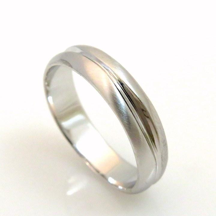 טבעת נישואין מפוסלת מזהב לבן