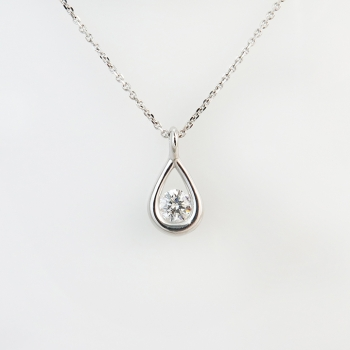 שרשרת יהלום מיוחדת בתוך טיפה מזהב לבן