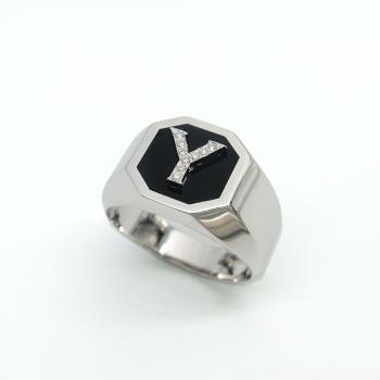 טבעת חותם לגבר עם אמייל שחור ואות משובצת יהלומים
