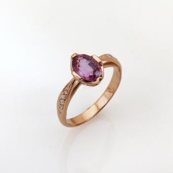 טבעת בסגנון וינטאג' משובצת ספיר ורוד